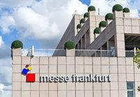 Gebäude der Messe Frankfurt mit Logo
