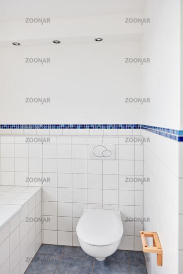 WC Toilette in Bad mit weißen Fließen zu Hause