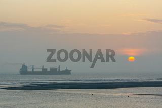 Schiff auf dem Meer vor untergehender Sonne