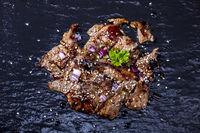 japanisches Steak auf schwarzem Schiefer