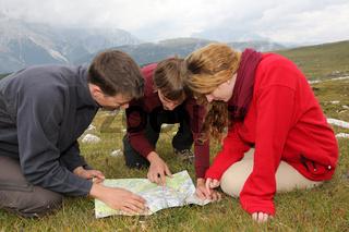 Ziel suchen auf einer Landkarte in den Bergen