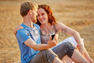 Paar macht Selfie am Strand