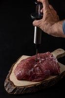 rohes Fleisch auf Holzschneidebrett
