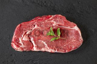 rohes Steak auf Schiefer