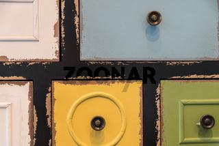 Sortier- und Ordnungssystem mit bunten alten Holzladen - Nahaufnahme