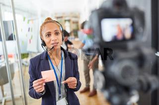 Business Frau oder Reporterin vor Video Kamera