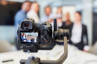Videokamera bei der Aufnahme einer Betriebsfeier