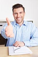 Mann im Büro reicht seine Hand