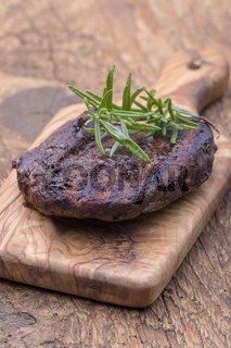 gegrilltes Steak auf einem Schneidebrett