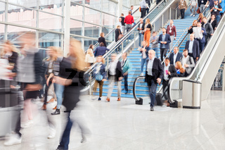 Menge Business Leute auf Treppe am Flughafen