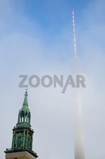 Marienkirche vor Fernsehturm im Nebel, Berlin