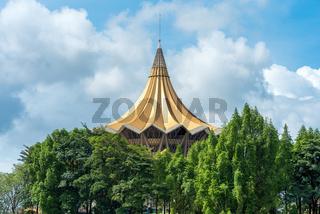 Das Gebäude der gesetzgebenden Versammlung des  Bundesstaates Sarawak in Kuching, Malaysia