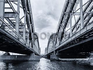 Schwarzweiße Aufnahme der Freihafenbrücke in Hamburg, Deutschland