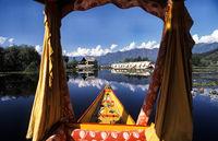 Srinagar, Jammu und Kashmir, Indien, Traditionelles hoelzernes Shikara-Boot auf dem Dal-See