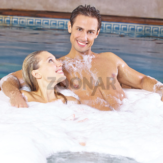 Paar nimmt Schaumbad im Whirlpool