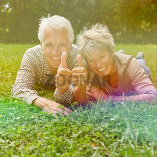Paar Senioren hält Daumen hoch