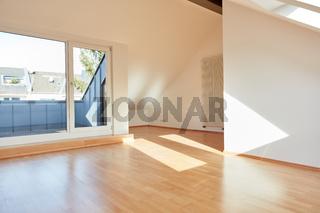 Heller leerer Raum im Dachgeschoss mit Balkon und Parkett