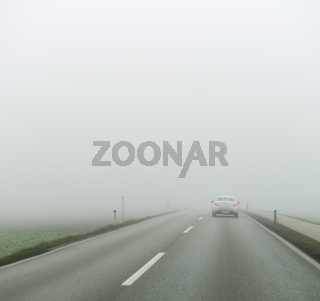 Nebel auf einer Straße mit Autos