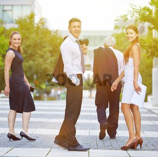 Glückliches Business Team im Sommer