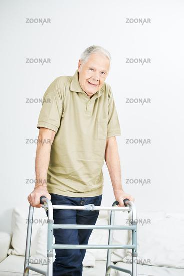 Alter Mann mit Gehgestell im Altersheim