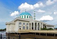 Schwimmende Kuching Moschee am Ufer des Sarawak Flusses