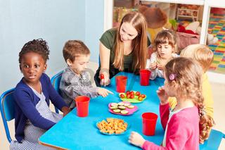 Kinder im Kindergarten essen Gemüse als Snack