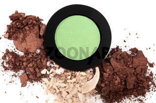 Makeup in natural brown tones.