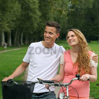 Junge Leute mit Fahrrädern haben ein Ziel