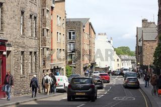 Verkehr in der Canongate, Teil der Royal Mile in Edinburgh