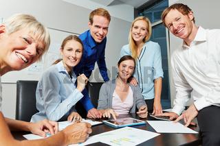 Geschäftsleute arbeiten zusammen am Erfolg