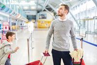 Alleinerziehender Vater mit Kind im Flughafen Termin