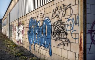 Graffiti an der alten Werkhalle