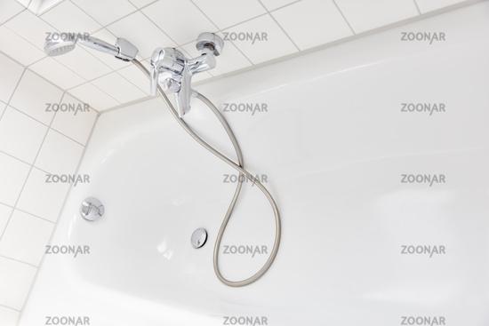 Duschkopf für Dusche neben Badewanne im Badezimmer