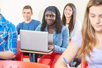 Afrikanisches Mädchen mit Computer