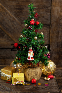 Kleiner Christbaum mit Geschenken
