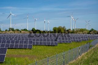 Sonnenenergie-Paneele mit Windturbinen