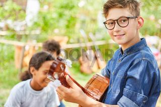 Junge beim Gitarre spielen üben vor dem Konzert