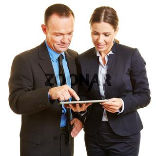 Geschäftsleute machen Planung am Tablet Computer