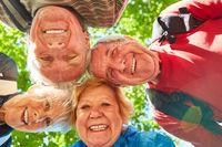 Fröhliche Senioren Wandergruppe in der Natur