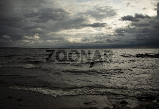 ein Sturm kommt auf am See