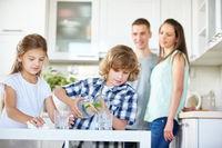 Kinder trinken Wasser in Küche