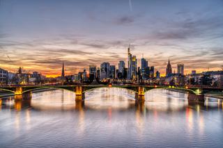 Schöner Sonnenuntergang über der Frankfurter Innenstadt
