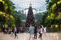Singapur, Republik Singapur, Menschen und Weihnachtsdekoration vor Wasserfall im Jewel Terminal am Flughafen Changi