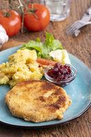 Sellerieschnitzel mit Kartoffelsalat und Preiselbeeren