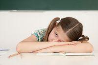 Überforderte Schülerin in der Schule
