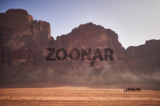 Karawane in der Wüste Wadi Rum in Jordanien
