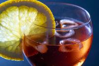 italienischer Spritz in einem Glas auf schwarz