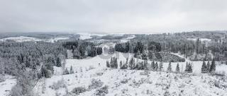 Blick über verschneite Harzer Wälder
