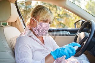 Putzkraft desinfiziert und reinigt Lenkrad von Mietwagen wegen Coronavirus