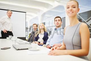 Geschäftsleute sitzen im Konferenzraum